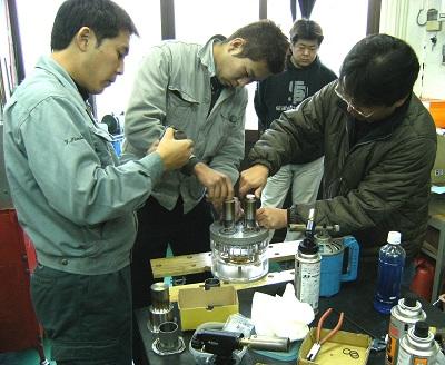 東京・大田区を中心に、部品加工に携わる若い技術者集団「チーム職人魂」の仲間たちとDA(ダブル・アクティング)方式のスターリングエンジンの製作を楽しむ、たなか氏(写真右)