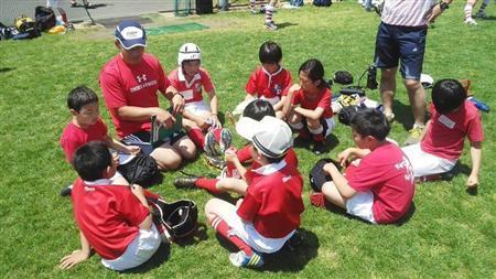 子供たちには声をかけて接する ラグビースクール講師 楢崎和正さん、松下武司さん