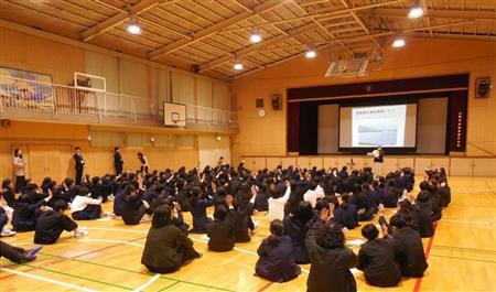 自然エネルギーについて講義を受ける子供たち。環境教育の推進も協定に盛り込まれた