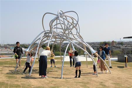 富山県美術館屋上庭園「オノマトペの屋上」に設置された「ひそひそ」。所々に飛び出した伝声管はどこかと必ずつながり、ひそひそ話ができる