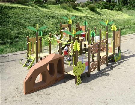 恐竜をモチーフにした遊具シリーズ「ディノワールド」。子供の成長に必要な運動スキルがバランスよく習得できる=宇都宮市のさくら保育園