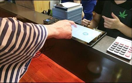 リキッドが開発したTouch&Pay。タブレットで指紋認証するだけで決済ができる