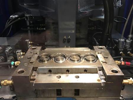 射出成型用の金型。3回監視によって何も残っていない状態をチェックし、成形品の質向上につなげる